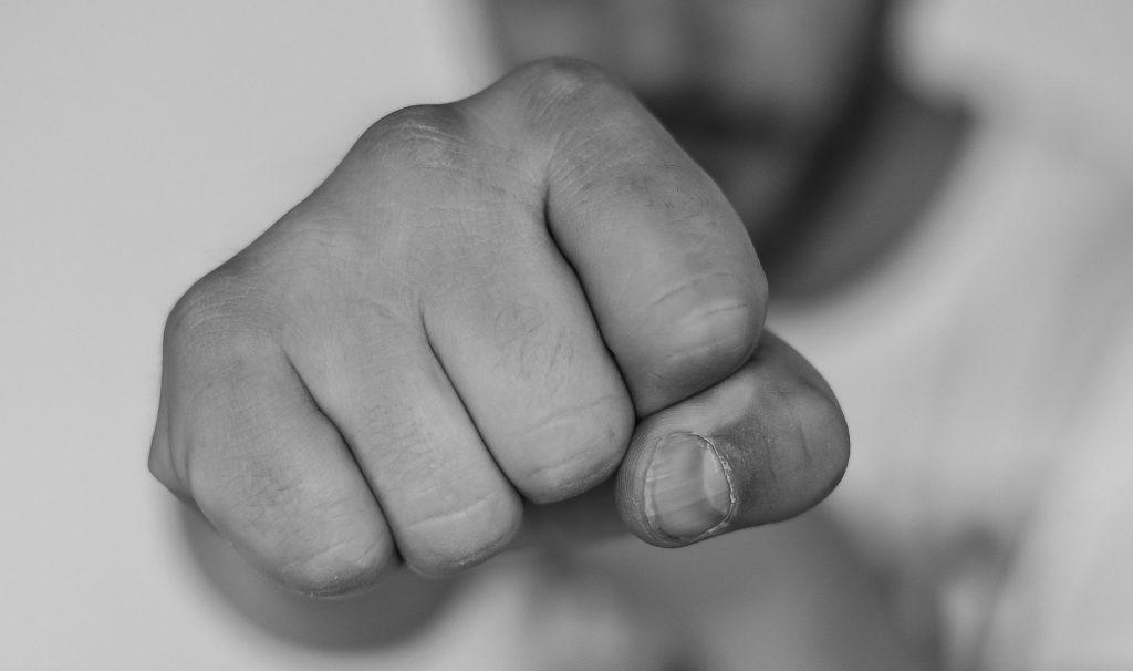 """Übergewicht ist Dein Feind, den es um jeden Preis niederzustrecken gilt und das am besten richtig schnell.  Ein klassischer Fall von """"Kampfmodus"""". Du bist mit Dir und Deinem Sein im Widerstreit."""