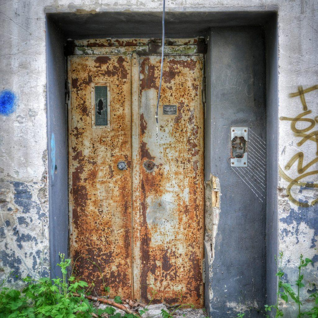 """Die Angst vor z.B. Aufenthalt in Fahrstühlen oder engen Räumlichkeiten heißt Klaustrophobie. Der  Begriff stammt vom lateinischen Wort """"claudere"""" (schließen, verschließen). Also Angst vor verschlossenen Räumen."""