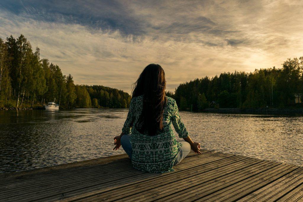 Entspannung senkt den Stresshormonpegel. Das haben wir alle schon mal gehört. Dadurch sind wir weniger reflexgesteuert und können bewusster handeln und uns von den Dingen, die uns Angst machen anders distanzieren.