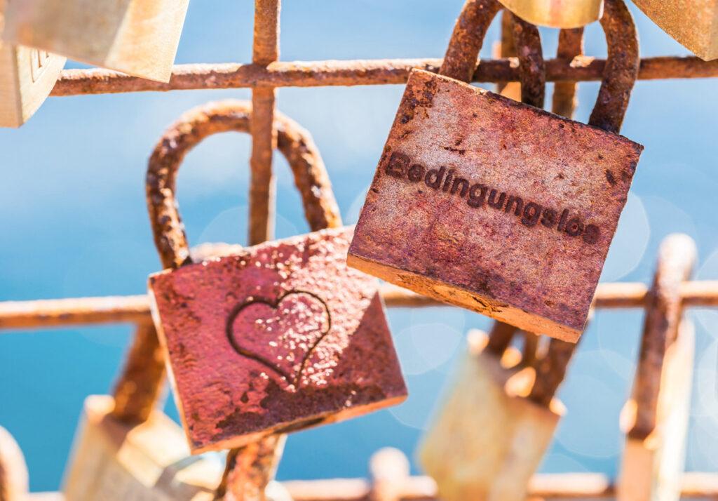Zu oft sind wir der Ansicht, dass wir Liebe und Verständnis nur dann verdienen, wenn wir uns mustergültig verhalten haben. Anderen Menschen gegenüber verhalten wir uns nicht so bedingend.